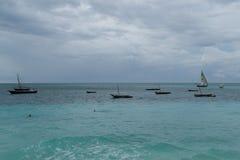 与一条小船的浪漫日落在海洋 库存图片