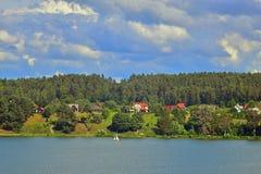 与一条小船的风景在湖 免版税库存照片