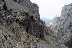 与一条小道路的山岩石 图库摄影