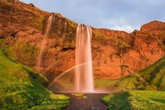 与一条彩虹的Seljalandsfoss瀑布在冰岛 免版税库存照片