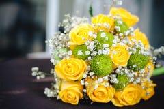 与一条方格的丝带的新鲜的黄色玫瑰 免版税库存照片