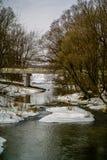 与一条河的春天风景在卡卢加州地区(俄罗斯) 免版税库存图片