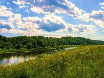 与一条河的风景在中央俄罗斯 免版税库存照片