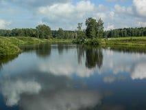 与一条河的风景在中央俄罗斯 免版税库存图片