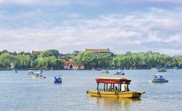 与一条游览小船的风景在Beihai湖,北京,中国 免版税库存图片