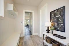 与一条特长固定长凳的俏丽的入口休息室 免版税库存图片
