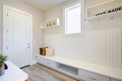 与一条特长固定长凳的俏丽的入口休息室 库存照片