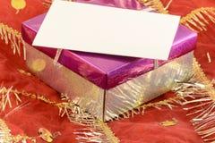 与一条白色丝带和弓的一件红色礼物 免版税库存照片
