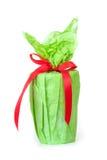 与一条红色丝带和弓的一件绿色礼物 库存图片