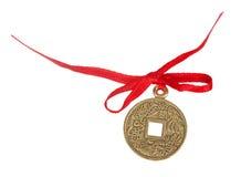 与一条红色丝带的老中国硬币 库存图片