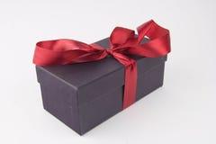 与一条红色弓和丝带的礼物盒 库存图片