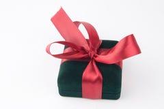 与一条红色弓和丝带的礼物盒 免版税图库摄影