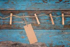 与一条绳索的晒衣夹在蓝色木板 免版税库存图片
