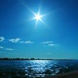 与一条蓝天和河的风景 库存照片