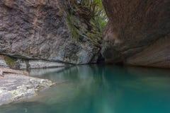 与一条蓝绿山河的峡谷 库存照片