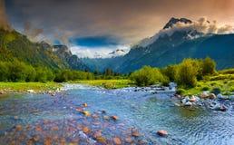 与一条蓝色河的意想不到的风景山的。 免版税库存照片