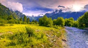 与一条蓝色河的意想不到的风景山的 免版税库存图片