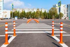 与一条行人交叉路的白色交通标号在灰色沥青 库存图片