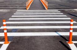 与一条行人交叉路的白色交通标号 库存照片