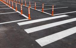 与一条行人交叉路的白色交通标号 免版税图库摄影
