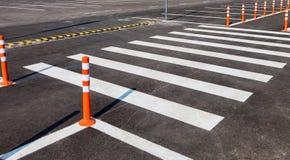 与一条行人交叉路的白色交通标号 免版税库存图片