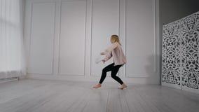 与一条被栓的丝带的年轻运动女孩跳舞在她的手上 股票视频