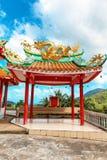 与一条金黄龙的眺望台在中国人观音菩萨寺庙的Sangthom寺庙屋顶在Chaloklum,帕岸岛, Thail 库存照片