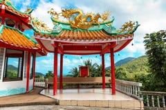 与一条金黄龙的眺望台在中国人观音菩萨寺庙的Sangthom寺庙屋顶在Chaloklum,帕岸岛, Thail 免版税图库摄影
