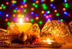 与一条金黄丝带的蜡烛 免版税库存图片