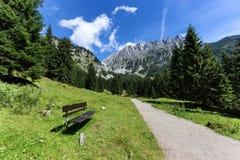 与一条长凳的田园诗山场面在前景 奥地利阿尔卑斯,蒂罗尔,更加狂放的Kaiser 库存图片