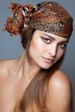 与一条顶头围巾的秀丽 免版税库存照片