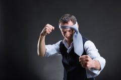 与一条领带的战斗的商人在他的头 免版税库存图片