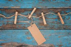 与一条绳索的晒衣夹在蓝色木板 库存照片