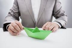 与一条绿皮书小船的商人 免版税库存照片
