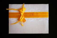 与一条黄色丝带的礼物信封 免版税库存图片