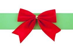 与一条绿色丝带的红色弓 库存图片