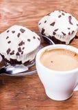 与一杯咖啡的两块杯形蛋糕 免版税库存照片