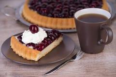 与一杯咖啡的樱桃蛋糕 库存图片