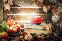 与一杯咖啡的秋天静物画、苹果和秋叶 秋天背景特写镜头上色常春藤叶子橙红 库存照片