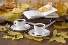 与一杯咖啡的秋天静物画 库存图片