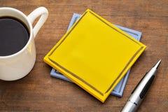 与一杯咖啡的空白的提示笔记 免版税库存照片