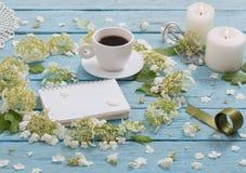 与一杯咖啡的美好的构成和白花 库存照片