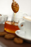 与一杯咖啡的蜂蜜和曲奇饼 免版税图库摄影