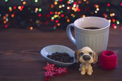与一杯咖啡的静物画和玩具狗 免版税库存照片