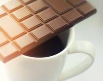 与一杯咖啡的静物画用牛奶巧克力 库存照片