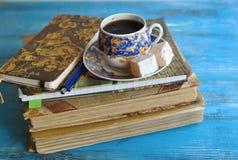 与一杯咖啡的静物画 免版税库存图片