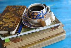 与一杯咖啡的静物画 库存照片