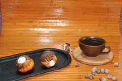 与一杯咖啡的香草和巧克力松饼、坚果和桂香 免版税图库摄影
