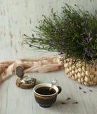 与一杯咖啡的Ll生活 免版税库存图片