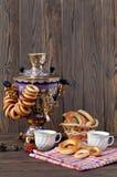 与一杯大茶的古老俄国俄国式茶炊 免版税库存照片